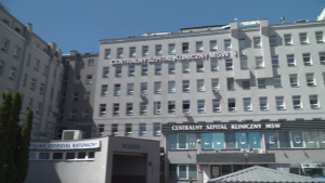 Centralny Szpital Kliniczny MSWiA w Warszawie w czasie pandemii - z zewnątrz [przebitki]