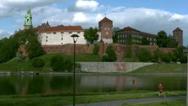 Bulwary wiślane w Krakowie - widok na Zamek Królewski na Wawelu [przebitki]