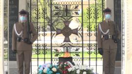 Grób Nieznanego Żołnierza, Plac Piłsudskiego w Warszawie, zmiana warty podczas epidemii koronawirusa [przebitki]