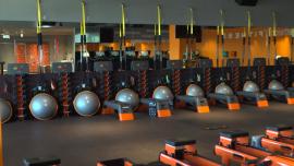 Pusta siłownia, zamknięta na czas pandemii koronawirusa - kwiecień