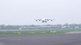 """Lądowanie samolotu Antonow An-124 """"Rusłan"""" na Lotnisku Chopina - transport artykułów medycznych z Chin - maj 2020 [przebitki]"""