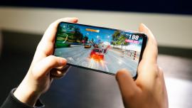 Polacy chętniej sięgają po tańsze smartfony. Coraz częściej oferują one najnowsze technologie dostępne dotąd w najdroższych modelach czołowych producentów [DEPESZA] News powiązane z sprzedaż smartfonów w Polsce