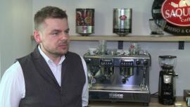 Niewielki błąd podczas przygotowywania espresso może znacząco zmienić jego smak. Liczy się głównie jakość kawy, sposób mielenia, czas parzenia i ciśnienie wody w ekspresie