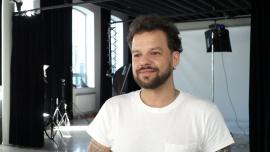 Michał Piróg: Nienawidziłem kręconych włosów, więc przez 20 lat prostowałem je keratyną. Teraz stwierdziłem, że zaryzykuję