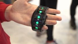 Smartfony w przyszłości mają być noszone na ręku niczym zegarek. Nie będą też korzystać z tradycyjnych kart SIM News powiązane z wearables
