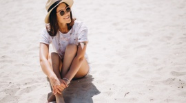 Słońce, wiatr, suche powietrze… jak podczas urlopu chronić oczy?