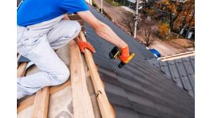 Krycie dachu późną jesienią i zimą? Dlaczego nie! Biuro prasowe
