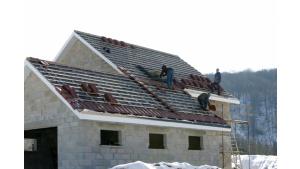 Jesienny przestój na budowie. Jak zabezpieczyć konstrukcję dachu?