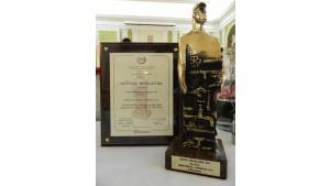 Statuetka Złotego Instalatora w rękach STIEBEL ELTRON Biuro prasowe