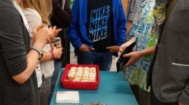 Zbierają pieniądze na różne sposoby. Białostoccy uczniowie w akcji Kilometry Dob